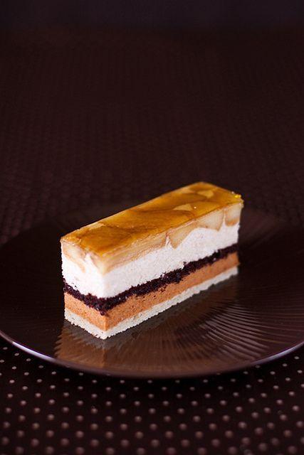 Очень вкусные и ароматные пирожные, в которых чудесно сочетаются вкус яблок, корицы, карамели и нотка шоколада. Состав пирожного снизу вверх: бисквит «Joconde»,…