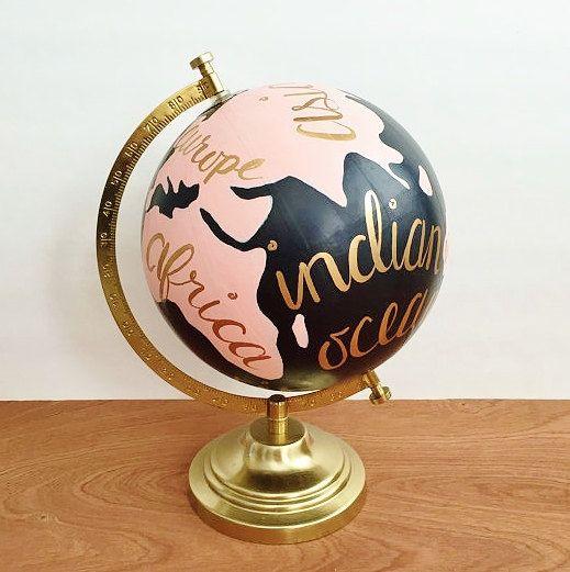 Ce globe terrestre peint main personnalisé ferait un superbe écran totale, dans votre maison, de bureau, de dortoir ou comme un cadeau à un boursier de voyage amoureux. Elle est peinte en rose et noir et les continents et les océans sont en lettres dor à la main.  Les dimensions sont environ 12 « x 9 » avec le globe lui-même étant 8 de diamètre.  Si vous désirez un autre jeu de couleurs faites le moi savoir et je serais heureux de le personnaliser.  ** S'il vous plaît permettre 2-3 semaines…