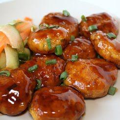 Tori no Tsukune - Pollo cocido  450g de carne de pollo picada  1 huevo  2 cucharadas de harina  1 cucharadita de zumo de gengibre fresco  1/2 cucharadita de sal  1/4 de cebolla  2 tazas de agua  2 cucharadas de mirin  3 cucharadas de salsa de soja