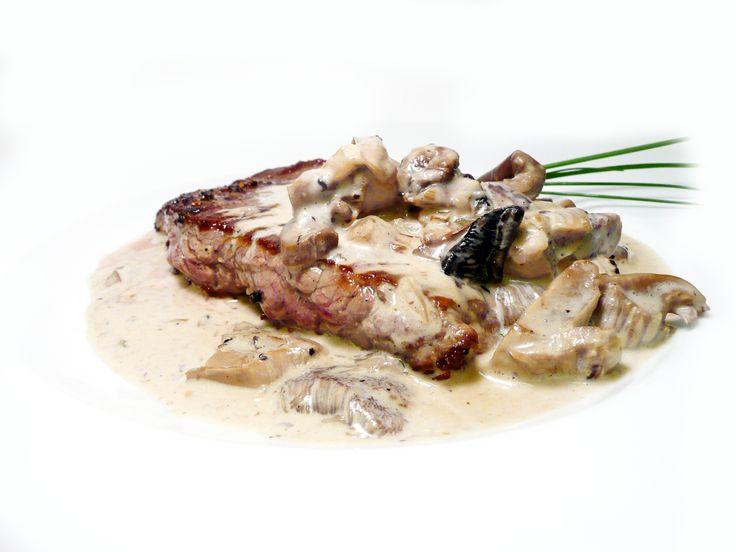 """Hovězí ,,Flank steak"""" s houbovým ragú s jarní cibulkou  #ukastanujarov http://www.ukastanu.cz/jarov"""