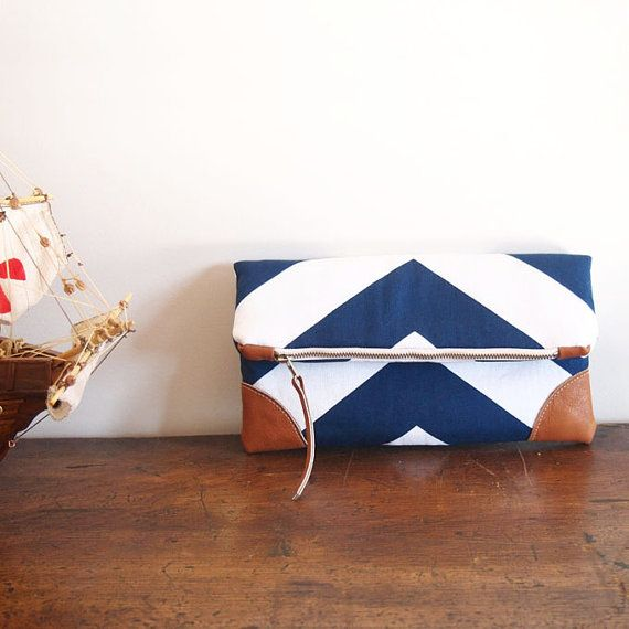 He encontrado este interesante anuncio de Etsy en https://www.etsy.com/es/listing/152298869/navynautical-fold-over-clutch-purse-blue