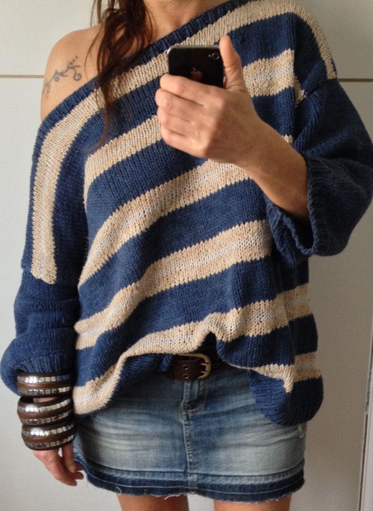 Cotone, righe che si alternano nel maglione dritto dalla semplice lavorazione a maglia rasata.