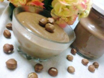 Шоколадная паста «Нутелла» : ДесертыПонадобится:  1л. молока  50г. сливочного масла (хорошего качества)  6ст.л. муки  6 ст.л. какао-порошка  200г. сахарной пудры  1 яйцо  200г. фундука (лесной орех)