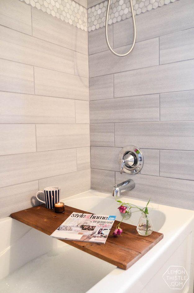 Baue eine selbstgemachte Badewannenablage für Deine Bücher, Deinen Tee, Wein … | 21 günstige und einfache Tricks für das beste Badezimmer aller Zeiten