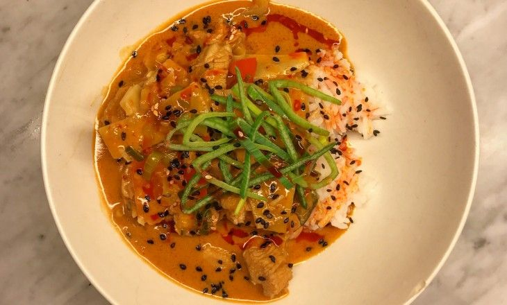 """För er som gillar thailändsk röd curry gryta """"Gaeng Ped"""" kan denna rätt bli en ny favorit."""