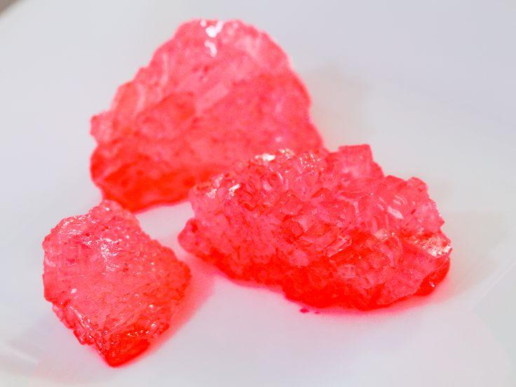 El rock candy o cristales de azúcar son un delicioso experimento científico que puedes hacer en tu propia cocina. Estos cristales se forman en un palito de madera o en un hilo y puedes añadirles colores y sabores para modificarlos de todas ...