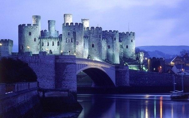 Замок Конуи (англ. Conwy Castle) — средневековый замок, находится в городе-графстве Конуи в Уэльсе.   Замок был построен в 1283—1289 годах по приказанию Эдуарда I Английского. В течение четырех лет, работая с марта по октябрь, 1500 человек возвели крепость и стены. Замок Конуи окружен каменной стеной с 8 круглыми башнями и бойницами.