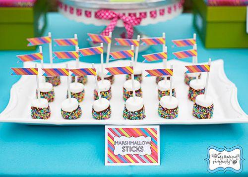 Nubes cubiertas con chocolate y adornadas con banderitas de colores / Dipped marshmallows with flags