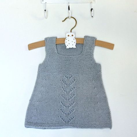 Babys første fine kjole er ærmeløs, så den både kan bruges som sommerkjole og som spencer hele året. Kjolen strikket i et superblødt garn, som består af 50 % bomuld og 50 % bambus. Det fine lille hulmønster på forstykket beskrives i strikkeopskriften. Garnet er fra Cewec. Strikket babykjole i ret og hulmønster Str. 3/6-9/12-15/18 mdr. Det skal du…