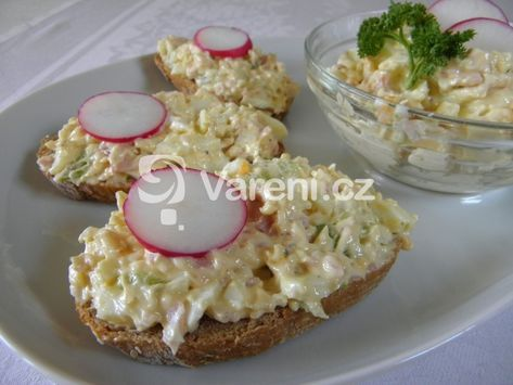 Recept na pomazánku z vařených vajec s řapíkatým celerem a šunkou. Vhodný tip na zpracování velikonoční pomlázky.