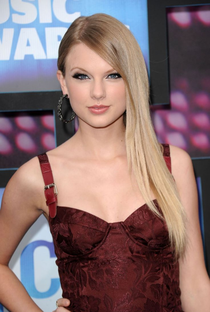 June 9, 2010: At the 2010 CMT Music Awards, the first event where she wore her hair straight