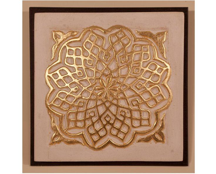 Medallón de yesería de la Alhambra en estuco y pan de oro. Fiel reproducción de la yesería de la Alhambra, realizado en estuco y pan de oro de 24 3/4 quilates. El marco es casetón pequeño.  Medidas: 13 cm x 13 cm