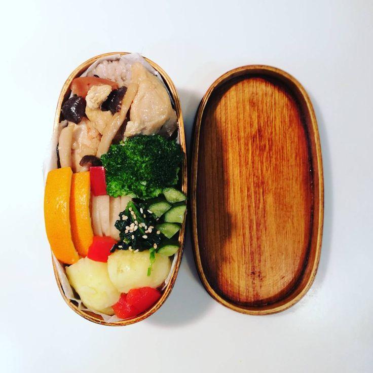 今日のお弁当��  しめじとむね肉のトロトロ煮 大根の酢漬け物 胡瓜のかぼすでさっぱり一夜漬け ほうれん草のナムル 春おじゃが ブロッコリー 玄米雑穀ごはん 紀州の梅干し オレンジ  お供のジャーには、赤レンズ豆とキヌアの鶏出汁塩スープ  むね肉を酢漬物の残し汁でくつくつ煮て柔らかく。ご飯によく合う味になります。  キヌアは戴き物。 今回は、雑穀米の中にも入れて炊きました。クスクスとかと和えてサラダにも使ってみたい。  今年の健康診断の結果、まさかのオールAから脱落…涙。コレストロール値が上がってしまったので、また酢を意識的に使っていきたいです。  ごちそうさまでした。  #ゆみこのごはん #ゆみこのわっぱ弁当 #お昼ごはん #ごはん記録 #お弁当の記録 #お弁当 #お弁当倶楽部 #お弁当作り楽しもう部 #丁寧な暮らし #曲げわっぱ弁当 #わっぱ弁当 #まげわっぱ #曲げわっぱ #鶏肉 #鶏肉大好き  #オレンジ  #cooking #lunch #lunchbox #food #obentou #obento…