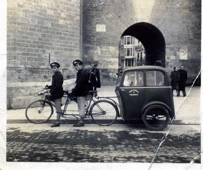 Fotografía antigua de un bicitaxi en Valencia. Imágenes de la posguerra.