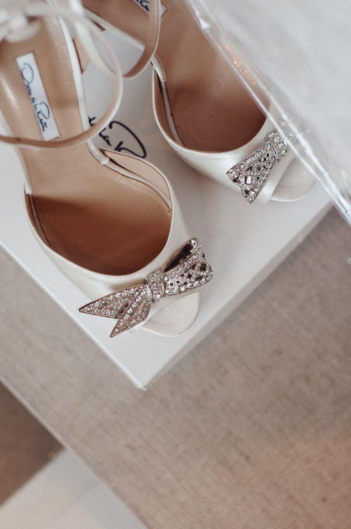 Lazos de pedrería en unos preciosos zapatos blancos