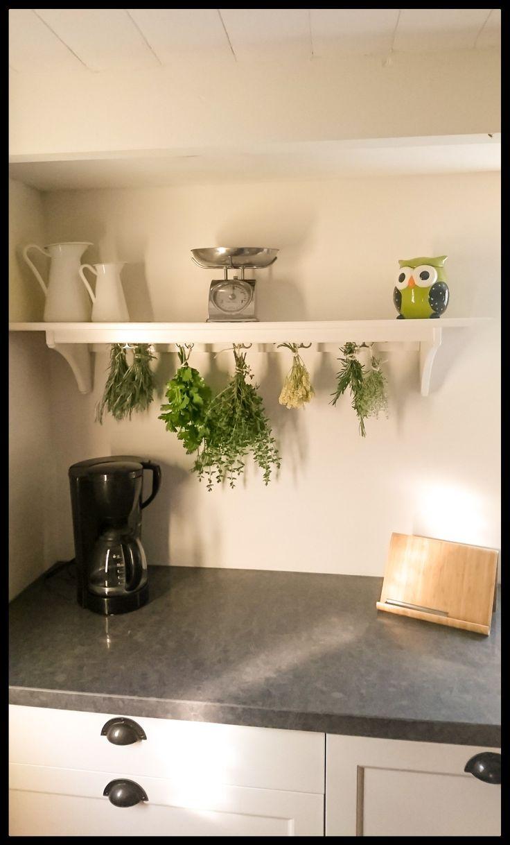 Drying fresh herbs in the kitchen.  Wat ruikt de keuken ook meteen heerlijk als je binnenkomt! Dit plankje heb ik gekocht bij Ikea, en werd oorspronkelijk gebruikt voor kopjes. Maar werkt ook goed voor het drogen van kruiden!