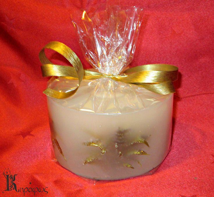 Συσκευασμένο κερί σε γιορτινούς τόνους και χρώματο. Με άρωμα αχλάδι.