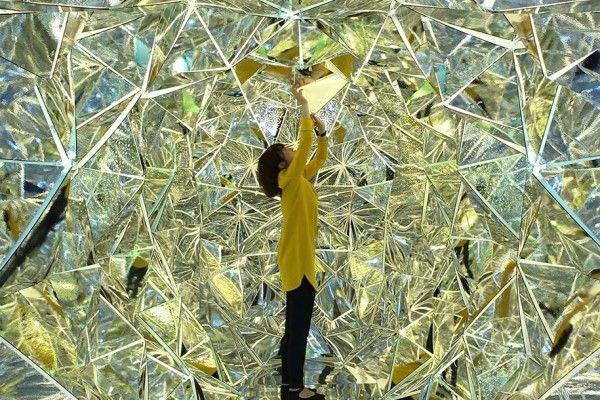 Ce kaléidoscope géant a été construit à l'intérieur d'un conteneur d'expédition par les designers japonais Masakazu Shirane et Saya Miyazaki. L'installation à facettes est très visuelle !  Intitulée « Wink Space », elle est composée de nombreuses feuilles miroir pliées comme l'origami et connectées les unes aux autres par des fermetures éclair. De cette façon, la pièce psychédélique est interactive et interchangeable.