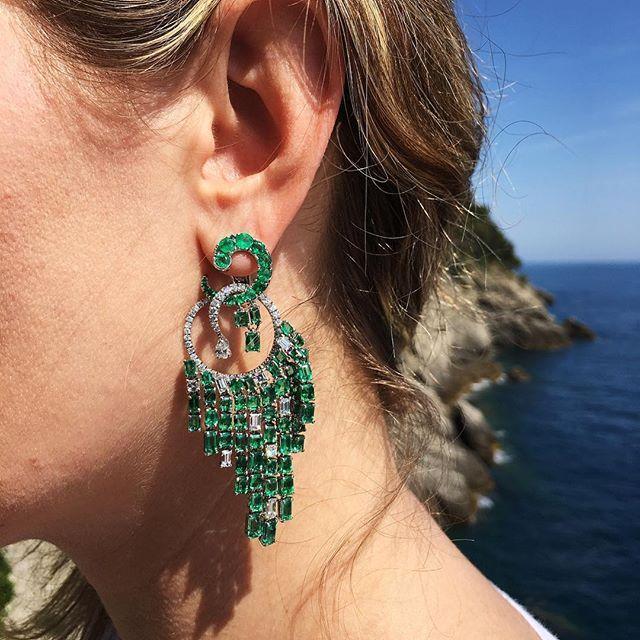 Green like the sea of the bay in the morning are the #portofino #earrings by #gismondi1754 , just perfect ✳️. Verde come il mare della baia, gli orecchini Portofino riprendono il colore vivo delle sue acque. Semplicemente perfetti!  #emeralds #diamonds #whiteandgreen #madeinitaly #gismondi #earspiration