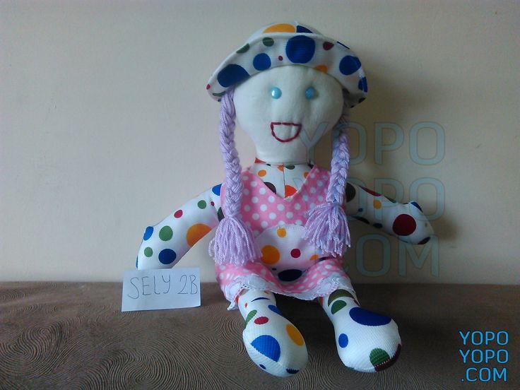 Oyuncak Kız Bebek Püsküllü Örgülü Saçlı SELY2B Renk: Karma  Kumaş: Karma  İç Dolgu: Elyaf  Ebat: 40 cm  Fiyat: 25 TL  Açıklama: Saçı İp Püsküllüdür.  Kargo: BEDAVA