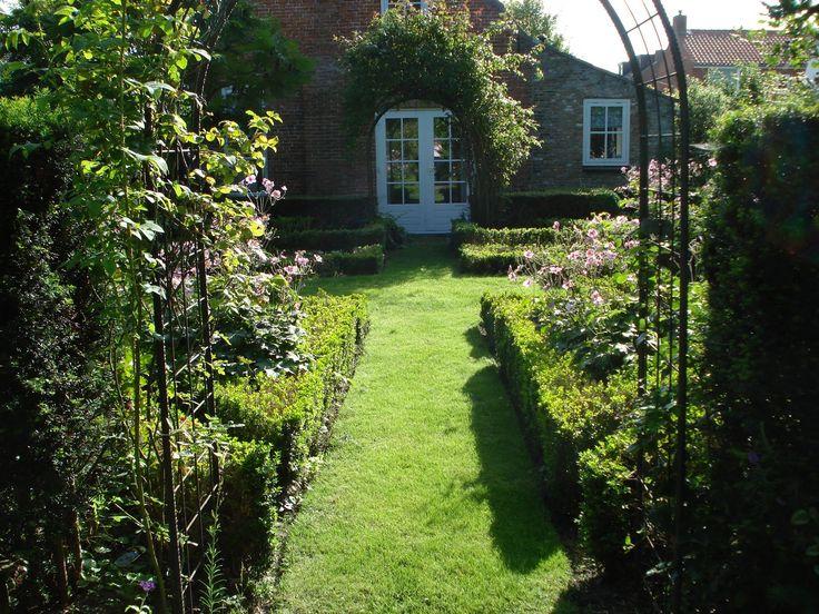 In deze mooie tuin staan buxus en rozen centraal. De buxus zorgt voor een mooie afscheiding tussen het gazon en de planten.