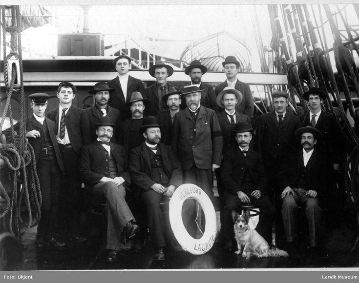 Larvik Museum - Fotograf Ukjent. Mannskap og hund på fullriggeren Hereford av Larvik, ca 1899.