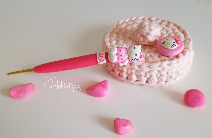 Hello Kitty süslü tığ 💟  #hellokitty #polymerclay #polimerkil #igne #suslutig #elemegi #elyapimi #polymerclay #polimerkil #igne #suslutig #elemegi #elyapimi #susluigne #kanavicekitap #kanavicekolye #suslukasik #suslucatal #crochethook #pins #igne #topluigne #handmade #elemegi #elyapimi #polymerclay #polimerkil #igne #suslutig #elemegi #elyapimi #susluigne #kanavicekitap