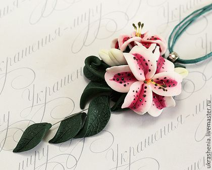 Necklace with tiger lily of polymer clay.
