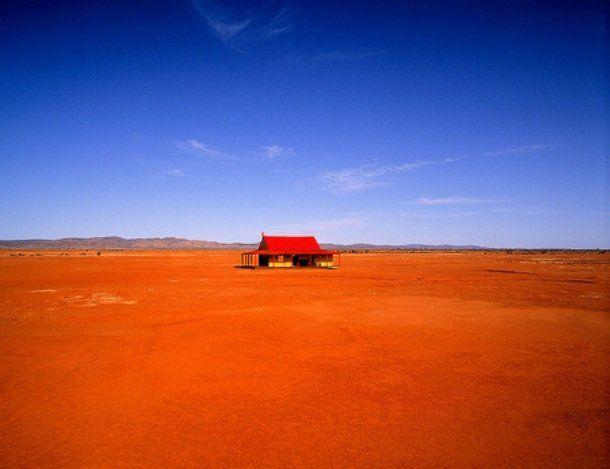 Esta linda casa com o telhado vermelho está localizado em um vale abrigado, em um continente australiano seco
