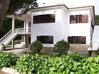 Spacious & attractive 7-bedroom villa overlooking the picturesque Obidos Lagoon surrounded by pine and eucalyptus woodlands on Portugal's unspoilt Silver Coast, within an hour's drive north (60 miles) of Lisbon ...