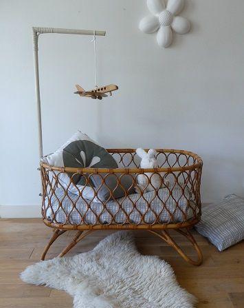 Retro rotan wieg. Eenvoudige wieg zonder matras. De vorige eigenaar heeft het hemeltje wit geschilderd. Het wordt met 2 ijzeren ringen aan de wieg bevestigd. Afmetingen: l 95 x b 55 x h 58 cm. Prijs: € 75,- Vragen: mail naar marlou@vanoudedingen.nl