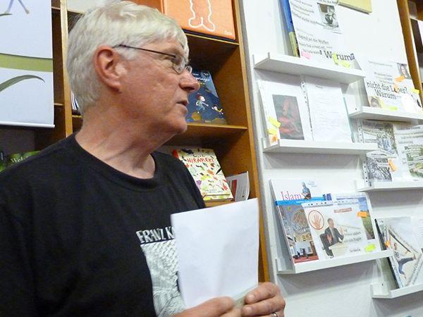 Axel Klingenberg stellt den Sieger des Wettbewerbs mit der besten Text- und Bildcollage vor... inklusives Schreib- und Vorlesefestival in Braunschweig - Guten Morgen Buchladen, Mai 2017
