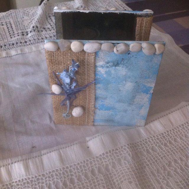 Γυάλινο ρεσω 2 θέσεων βαμμένο σε μπλε άσπρο στολισμένο με λινάτσα λευκές πέτρες και λουλούδια σιέλ μοβ