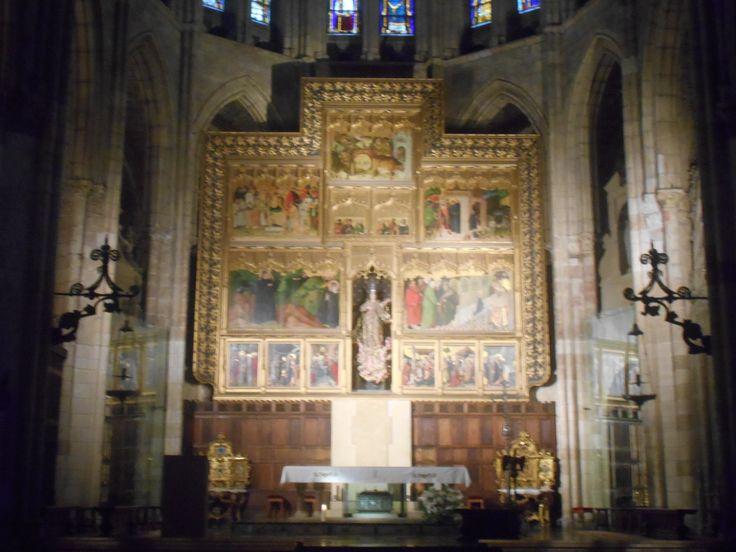 Retablo Altar Mayor. Es resultado del montaje por Juan Bautista Lázaro de cinco tablas de Nicolás Francés de mediados del siglo XV y de otras, algunas de ellos provenientes del pueblo de Palanquinos. Representan la vida de San Froilan el Traslado de Santiago Apostol , el Descendimiento y la Presentación de la Virgen