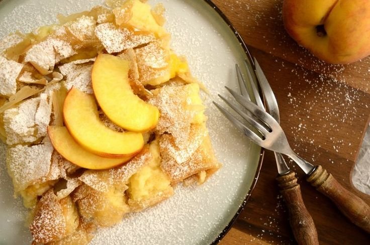 Μια γλυκιά, καλοκαιρινή εκδοχή της μπουγάτσας, γεμιστή με κρέμα και  κομμάτια γευστικού ροδάκινου.  Η σιμιγδαλένια κρέμα με το φρούτο μέσα της δίνει καλοκαιρινή πνοή στο  κλασικό γλύκισμα.  Όπου και να μπουν τα ροδάκινα αφήνουν την μυρωδιά και το άρωμα του  καλοκαιριού.      ΜΕΡΙ