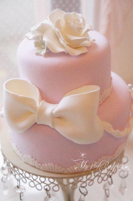 ピンクベースに、大きなおリボンとお花の2段ケーキ。あまり装飾は多くないですが、シンプルな可愛らしさがあるケーキです。