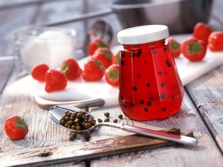 Клубничное желе с перцем вызывает у вех только яркие впечатления. Обычно этот острый десерт готовят для подарков и как основу для различных фруктово-ягодных соусов.