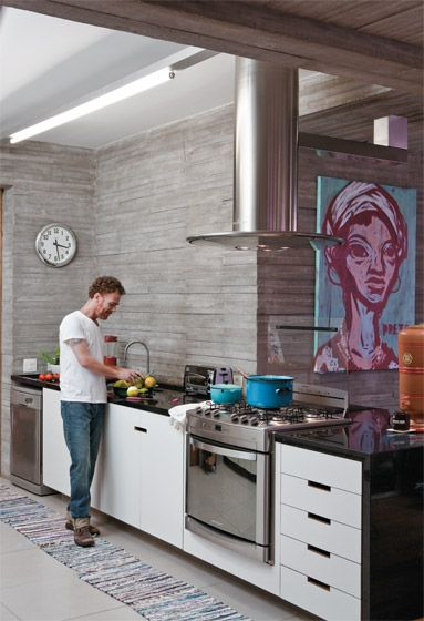 Nando Reis usa a bancada, sob a qual os armários são de MDF BP (Marcenaria São Paulo). Quadro do artista Speto. Coifa e fogão de aço inox da Brastemp.