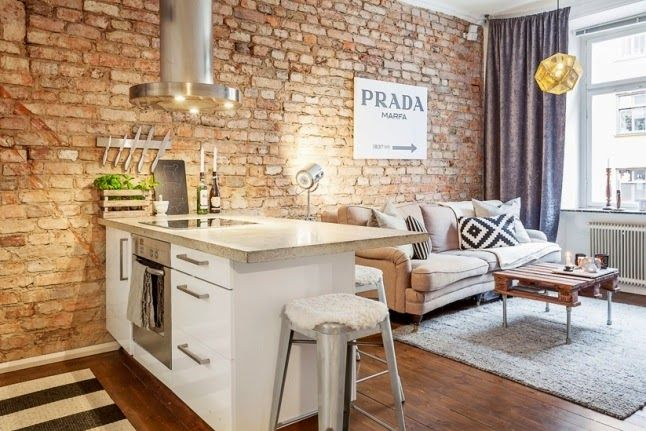 kuchnia otwarta z salonem ze ścianą z czerwonej postarzanej cegły - Lovingit.pl