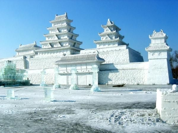 Snow Palace  When we were kids we all used to build houses made of snow and think about how cool it would be to live in them. Well here is a snow palace that you could definitely live in. Snow Sculptures from China.