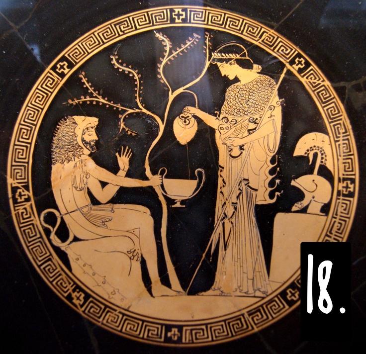 Le 'parole iconografiche' sono essenziali nell'arte greca, minimalista per obbligo e non per scelta. In questa scena domestica, per esempio, riconosciamo facilmente Eracle (pelle di leone, clava) e Atena (gufo, clamide, lancia, elmo) anche se il contesto non appartiene a un preciso testo letterario. Allo stesso modo, l'albero alle loro spalle, e la roccia a sinistra, indicano un luogo all'aperto; e i vasi (oinochoe e kantharos) ci dicono che si sta bevendo vino, non acqua.