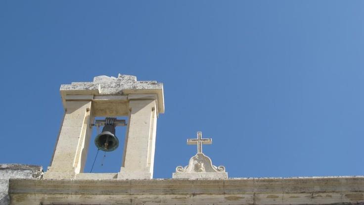 Dov'è questa piccola vela con la sua campana? Ve lo sveleranno le #invasionidigitali di domenica 28 aprile. Centro storico di Corigliano d'Otranto. ore 10. con @34° Fuso #liberiamolacultura #laculturasiamonoi