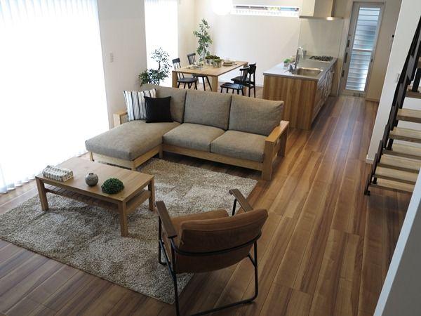 オーク無垢材の家具とアクセントカラーとしてブラック色を提案したコーディネート事例!階段のブラック色のフレームとの相性抜群!