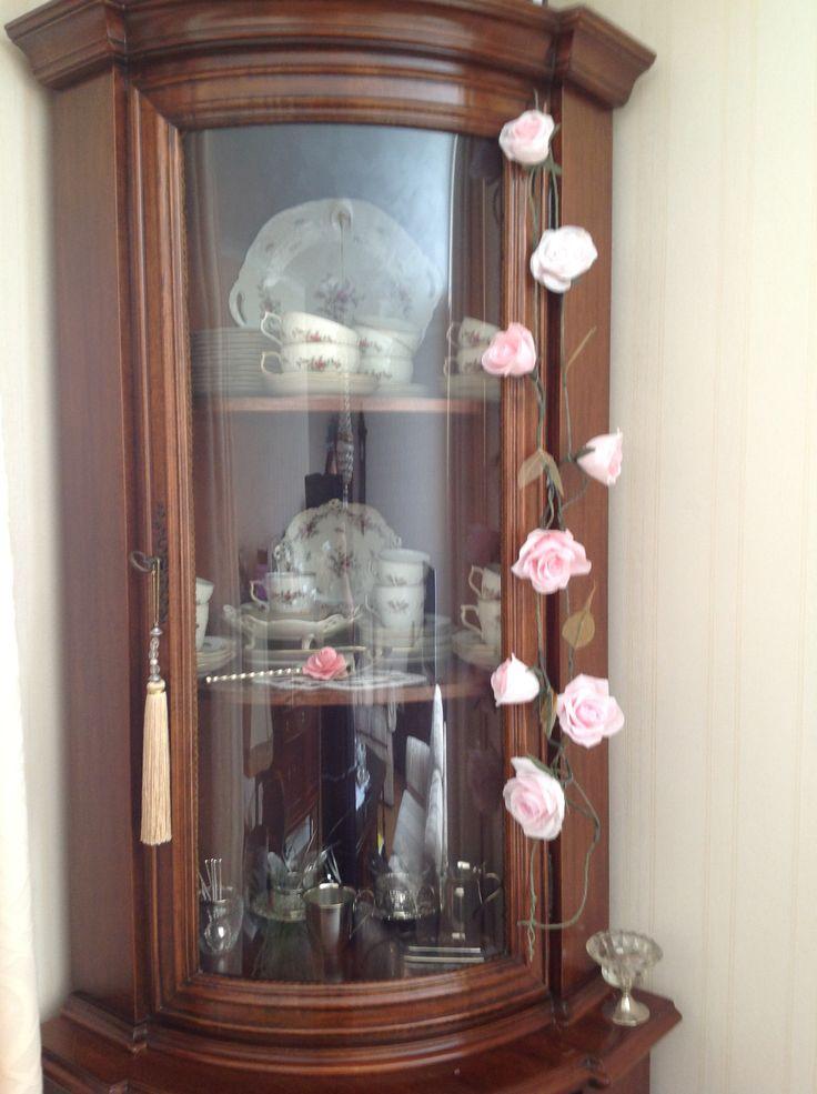 Slinger met crêpepapier rozen