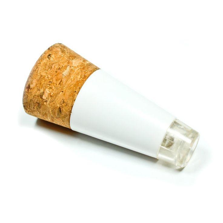 Le Bottle Light ! Un bouchon lumineux à placer sur une bouteille pour créer un éclairage d'appoint. Une idée lumineuse signée #SuckUK dispo sur l'eshop deco de @bonjourbibiche. De part sa forme conique, le bouchon s'adapte à n'importe quel type de goulot. Ca fonctionne à LED et ça se recharge par un port USB. Un gadget déco sympa ! #cadeau #crémaillère