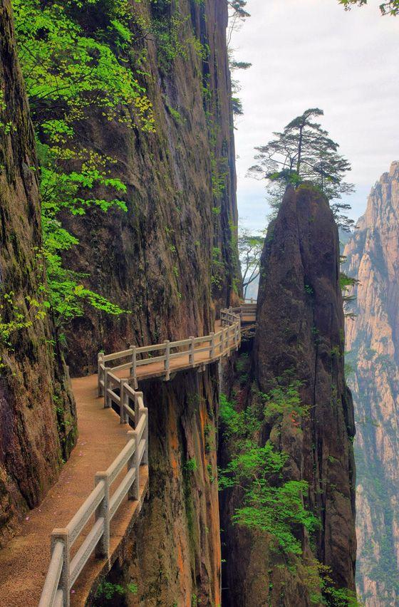 La Chine recèle de sentier en balcon de la sorte de quoi avoir le vertige ! Cliffside Path, Huangshan, Anhui, China