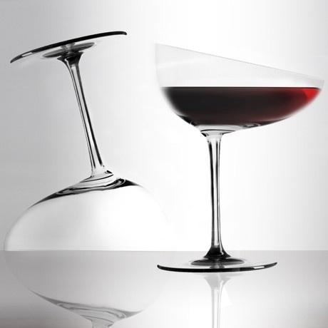 La coppa, inclinata e allungata verso la bocca, è funzionale alla decantazione e allo stesso tempo è perfetta per i più pigri. Un calice disteso per assaporare il tuo vino in totale relax. Calice in puro cristallo prodotto da Colle Vilca, da oggi è su http://lovli.it/index.php/il-rilassato.html#