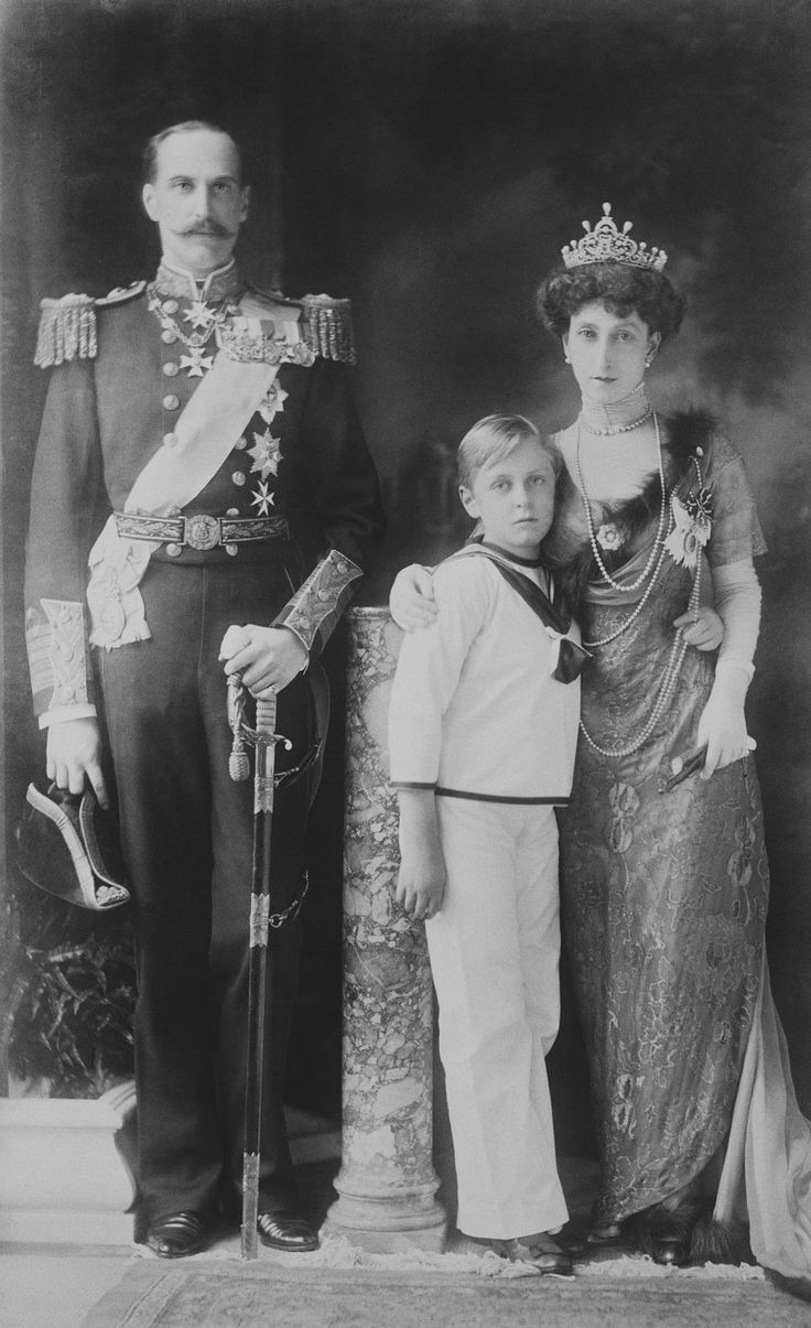 Unknown Person - King Haakon VII, Queen Maud and Crown Prince Olav of Norway, 1911