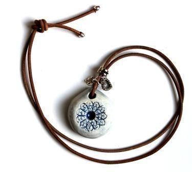 Prachtige hanger 'Balans' met het motief van een Zeeuws knopje.  De kleur is delft blauw.  Met een zilveren hart bedel en een zilver kleurige kraal.http://www.dawanda.com/shop/heartsz