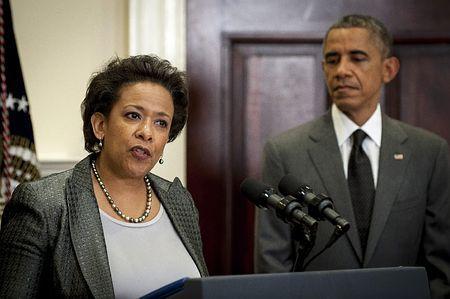 8日、ホワイトハウスで会見するロレッタ・リンチ米連邦検事(左)を見守るオバマ大統領(EPA=時事) ▼9Nov2014時事通信|米大統領、黒人女性を初指名=ホルダー氏後任の司法長官 http://www.jiji.com/jc/zc?k=201411/2014110900039